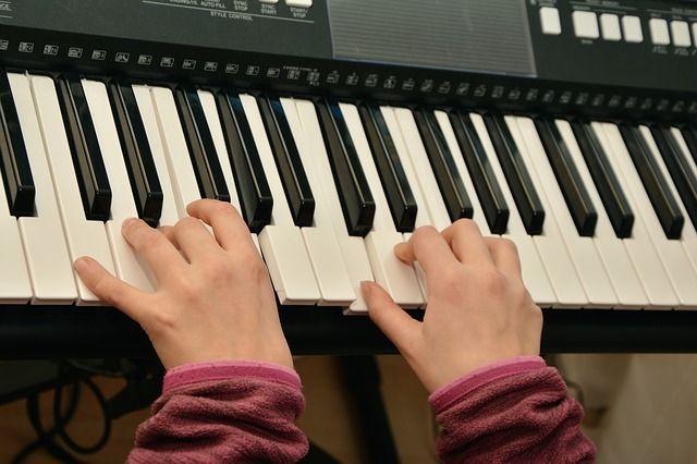 Beidhändig Klavier spielen
